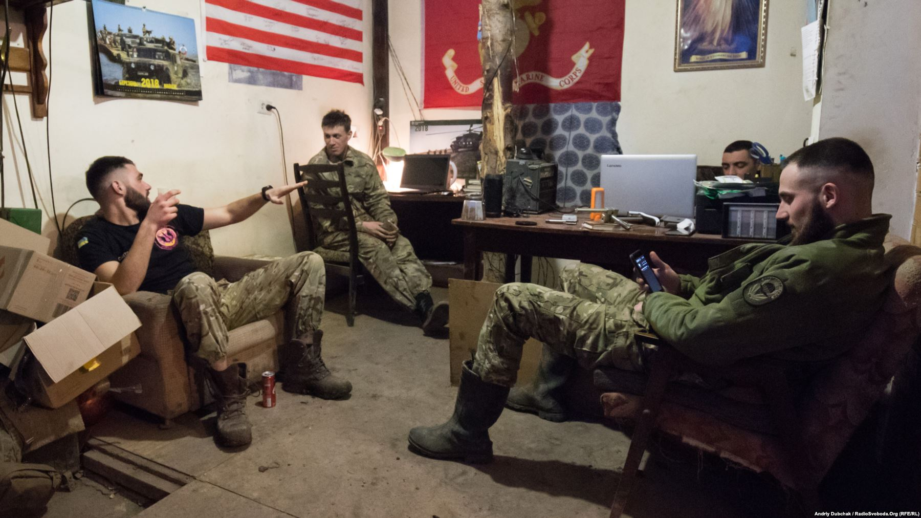 Морпіхи за розмовою у одному з підвалів Водяного. Позаду видно частину прапора США, подарованого американськими морпіхами українським під час спільних навчань