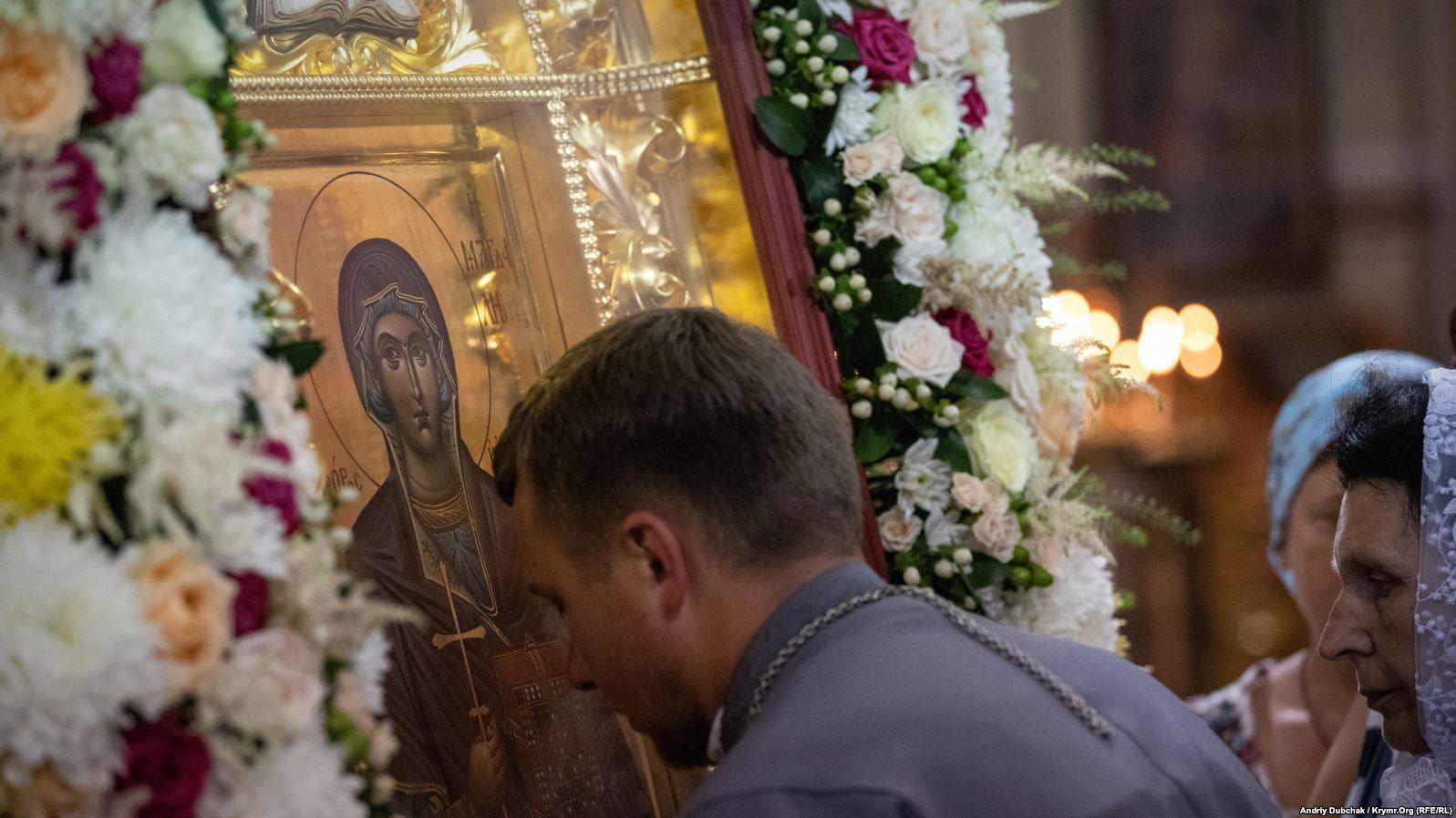 Священник притуляється до ікони святої рівноапостольної Марії Магдалини