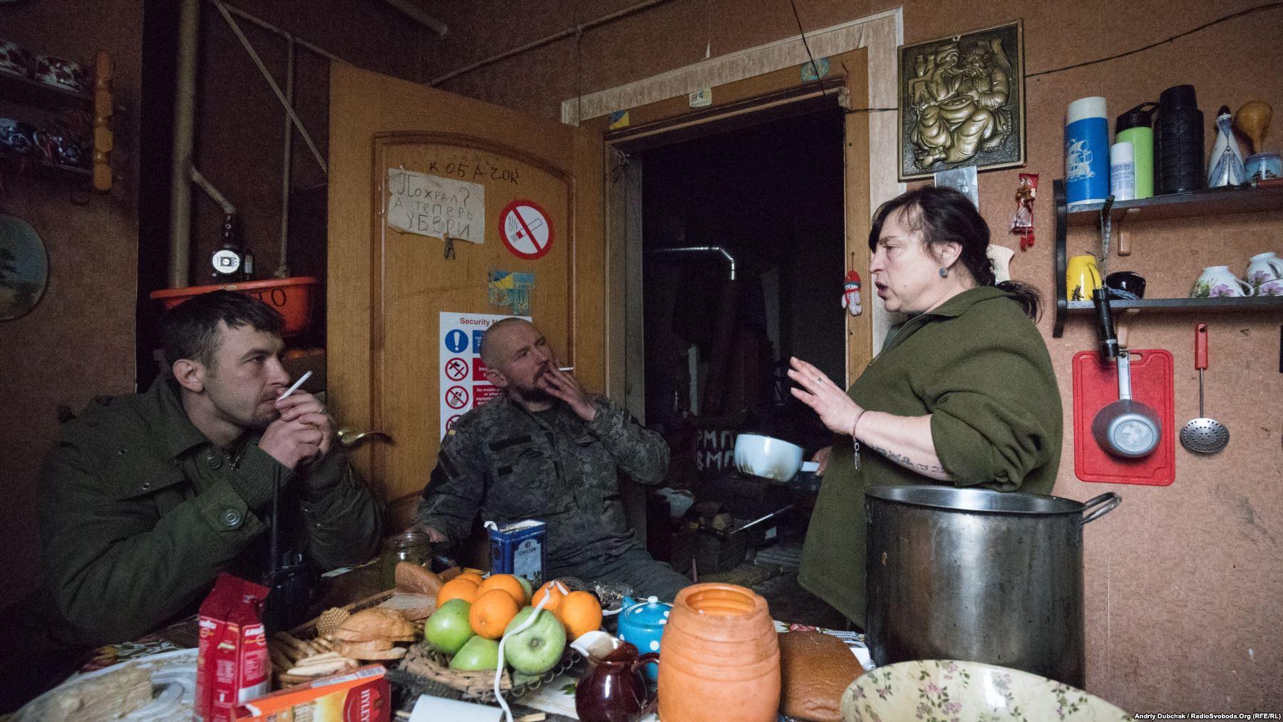 На кухні. Морпіхи «Арей» і «Кольщик» слухають історію, яку розповідає санінструктор «Вікторівна»