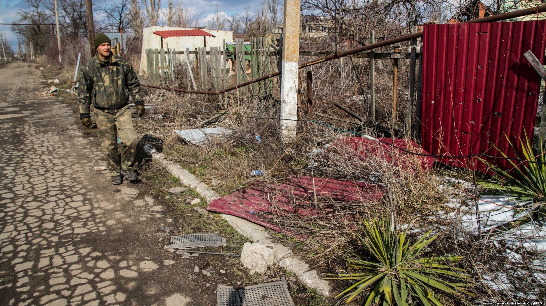 Михайло йде вздовж кабеля живлення (праворуч), вишукуючи пошкодження