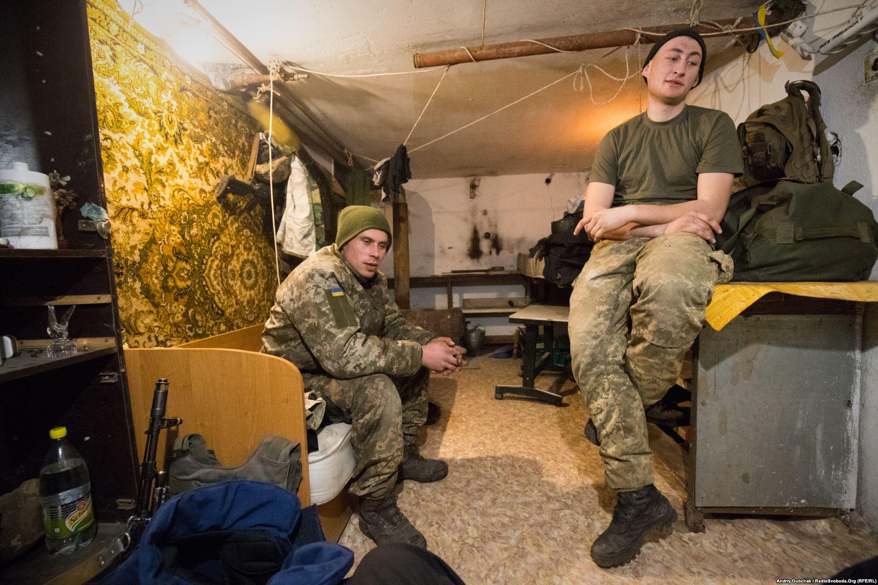 Матроси морської піхоти: 28-річний Вова з Миколаєва та 20-річний Дмитро з Херсонської області у своїй підвальній кімнаті будинку в Широкині