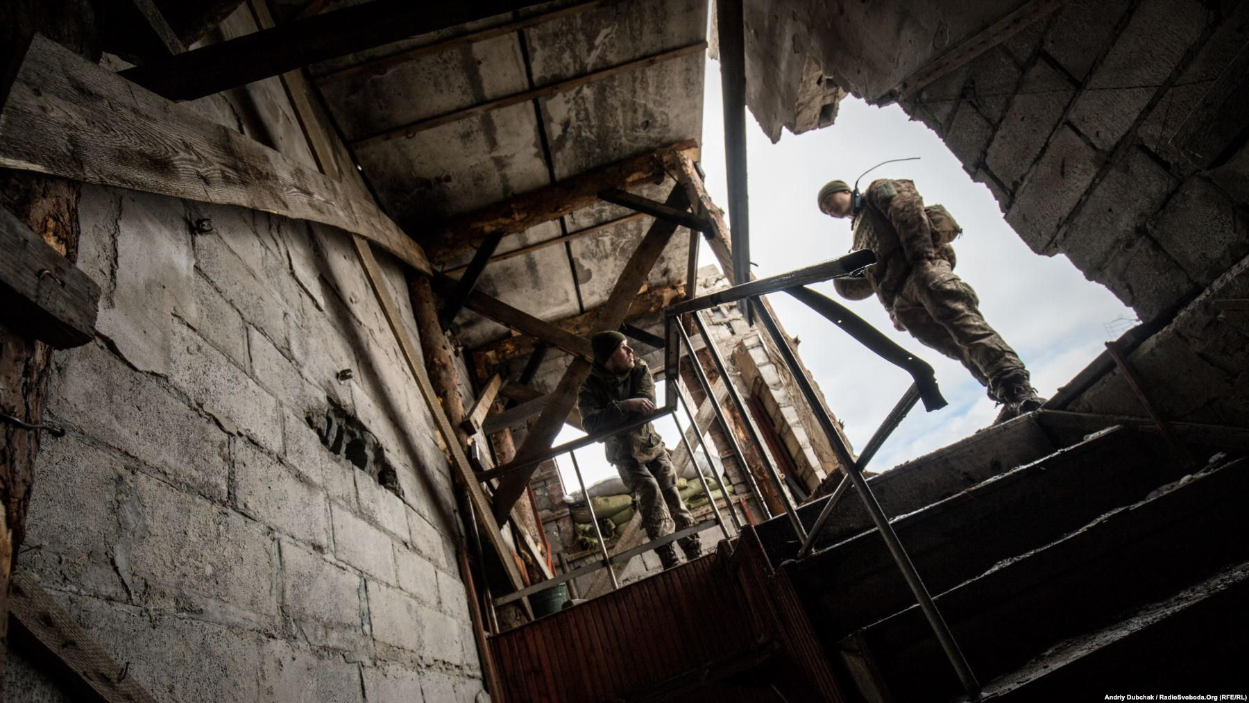 Більшість будинків значно пошкоджена артилерією, тому доводиться їх додатково укріплювати зсередини дерев'яними колодами