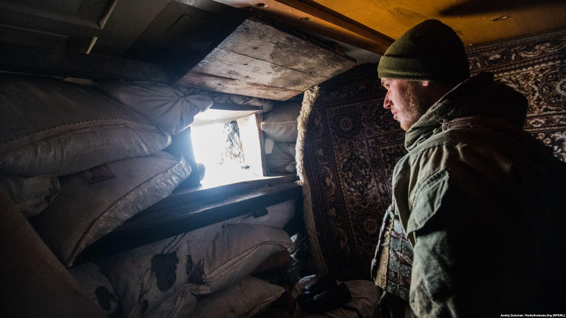 Позивний «Білорус» спостерігає у амбразуру за активністю противника. Години такого спостереження дуже виснажують психологічно