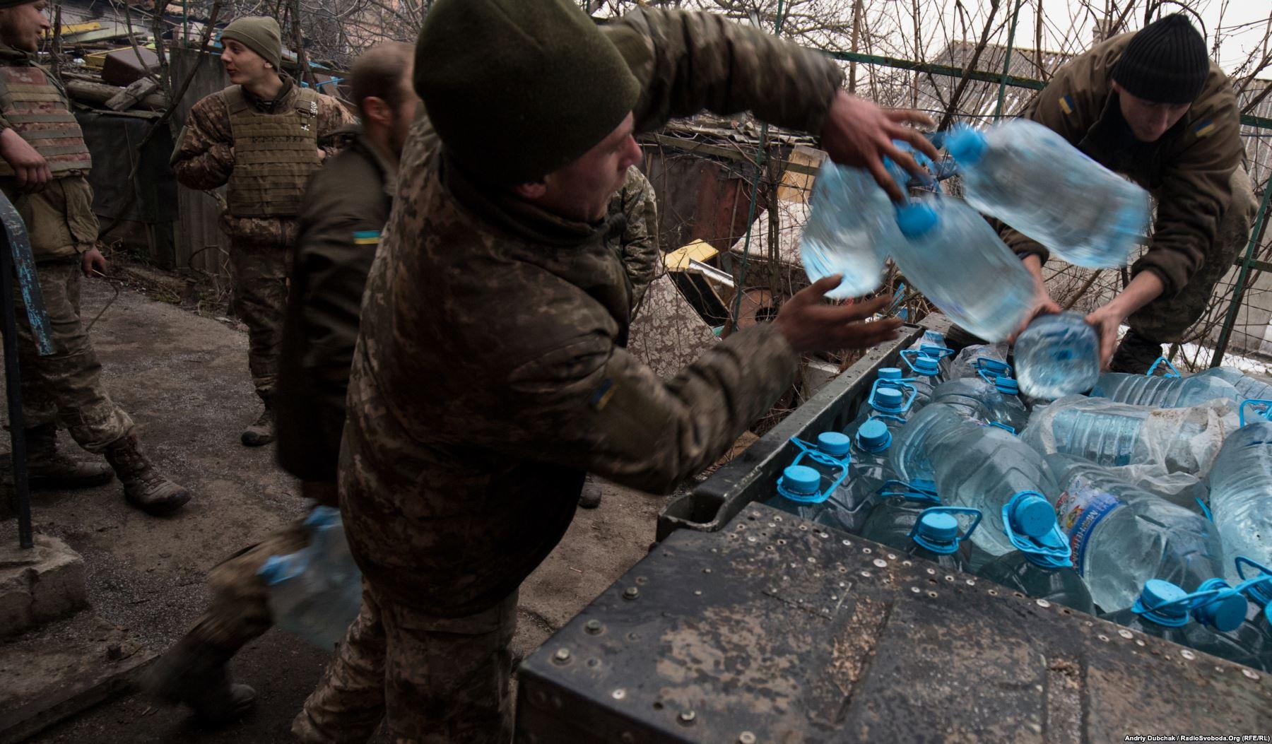 Матроси морської піхоти вантажать на «гамві» питну воду для транспортування на передові