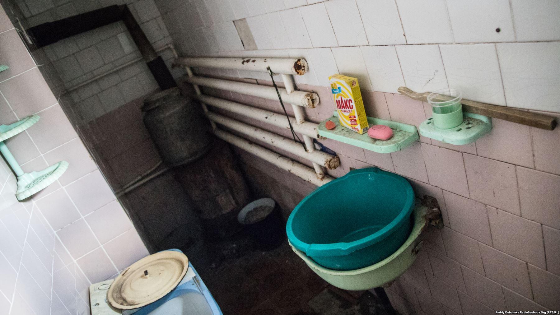«Лазня». Аби помитися, потрібно півдня гріти бідон з водою, який стоїть ліворуч, на дров'яній буржуйці