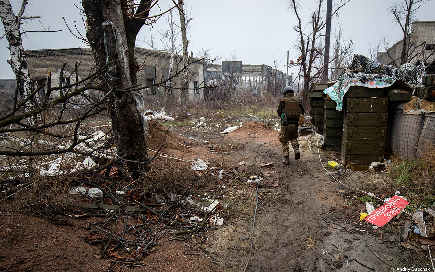 Український солдат йде дорогою до позицій на авдіївській Промзоні