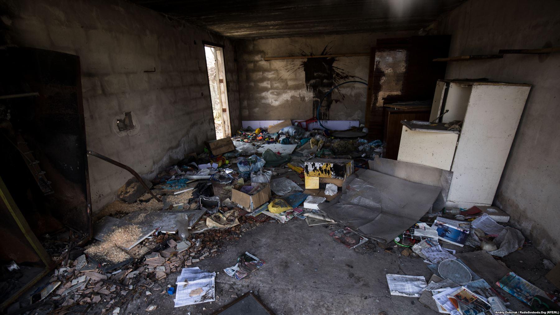 Всередині однієї зі зруйнованих хат