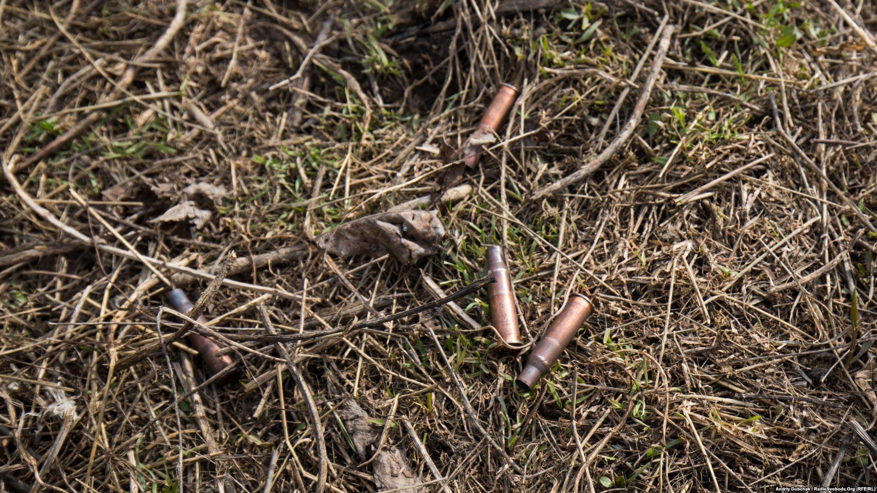 Стріляють тут часто. Скрізь по селу лежать гільзи, рештки від боєприпасів та осколки мін і снарядів