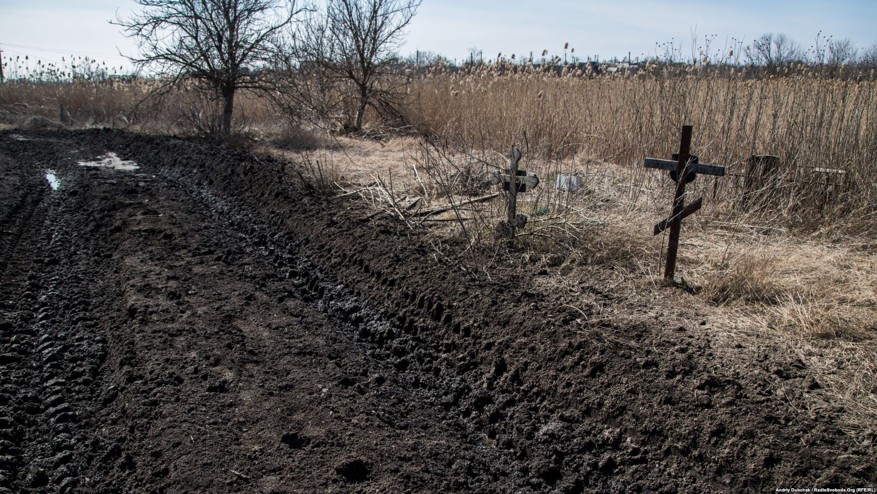 Кладовище. Дорога тут була і раніше, але важкі військові машини «розкатали» її майже до могил