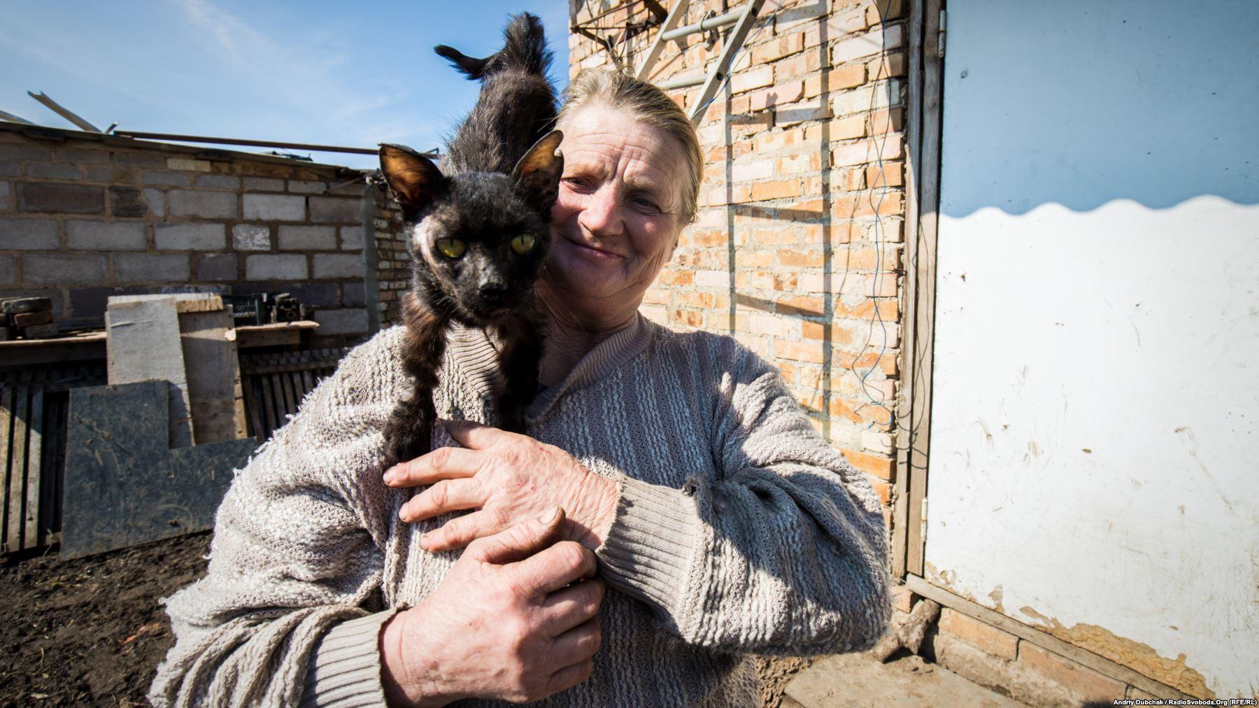 «Привіт із Водяного». Баба Зоя зі своїм котом Тімкою. Кіт був поранений та зараз хворіє, жінка як може лікує його