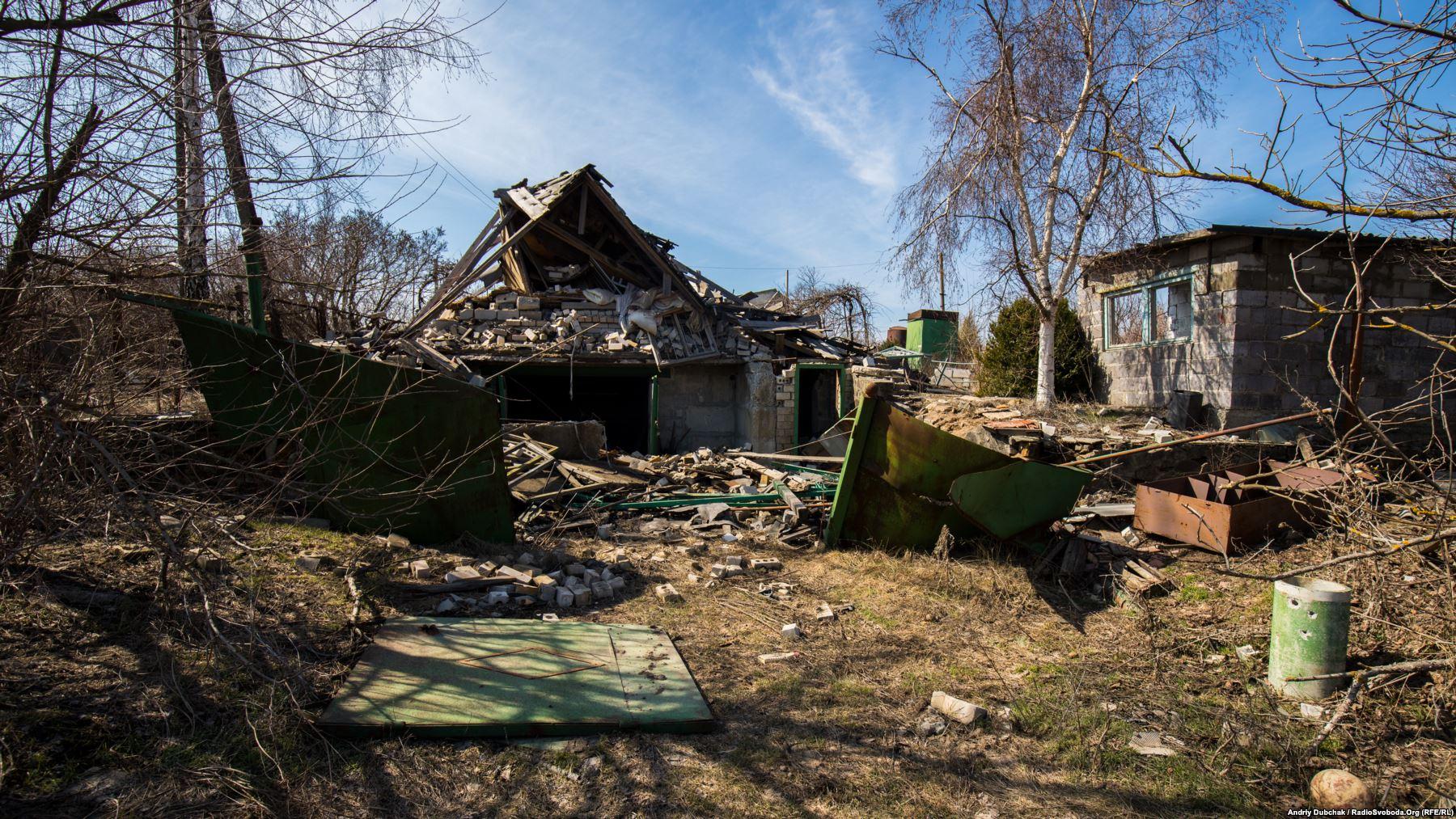 Ще один зруйнований будинок. Всередину краще не йти, може бути ще й заміновано