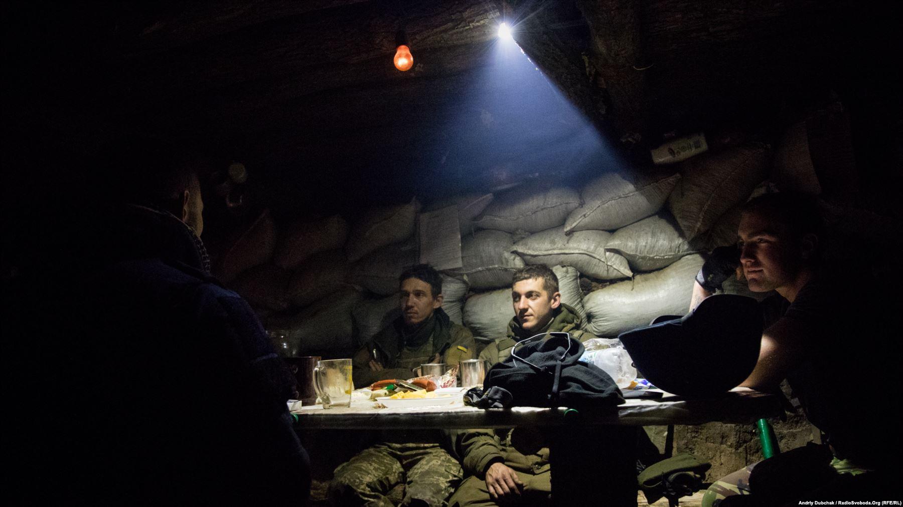 Вечеря під час бою. Українські військові вечеряють у бліндажі на передовій під Попасною, у той час як інші бійці придушували вогонь противника. Фото Андрій Дубчак