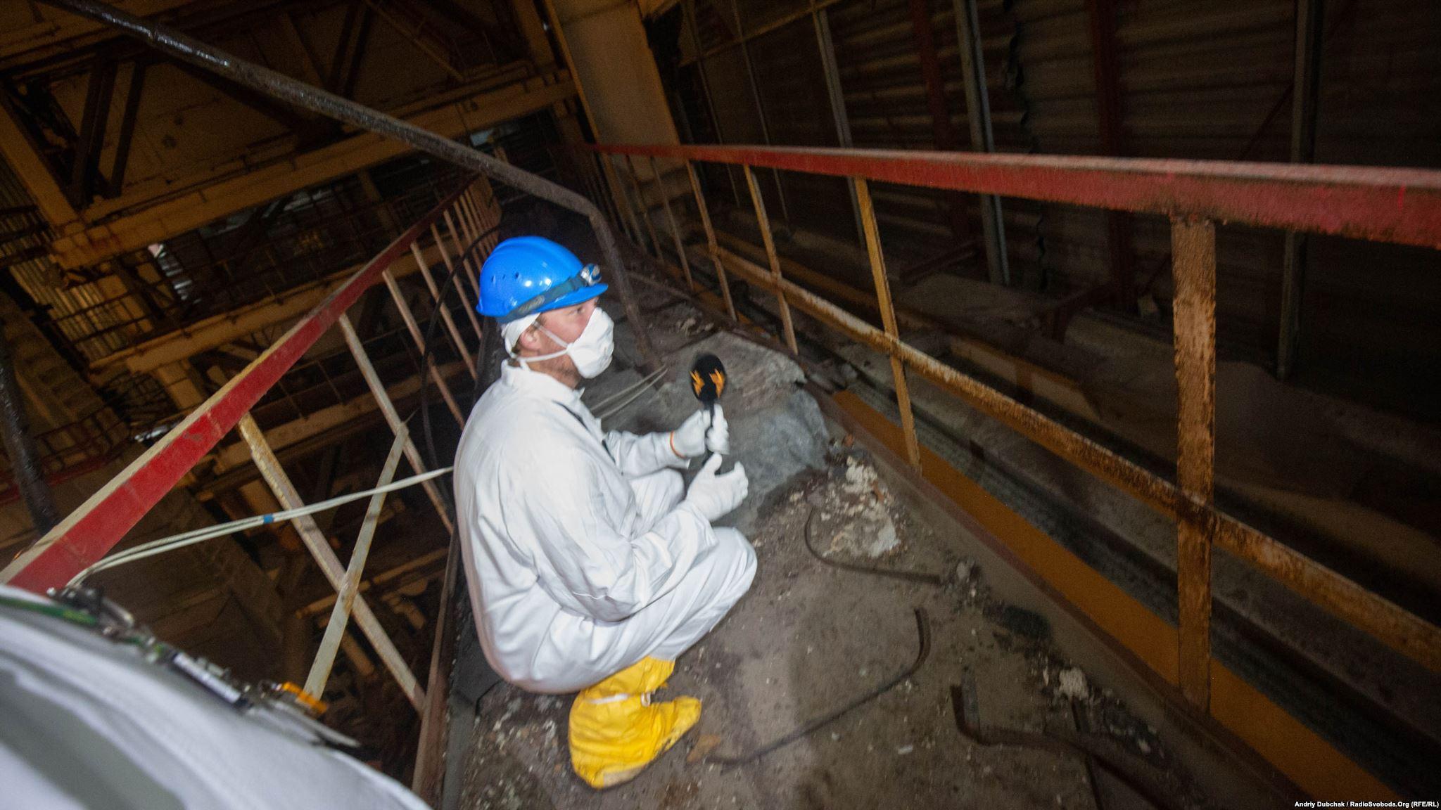 Важкий шматок бетону і сталевої труби прилетів сюди після вибуху реактора. Він настільки радіоактивний, що його завбачливо накрили свинцевими листами, які гасять смертельне випромінювання (Photographer: Andriy Dubchak)