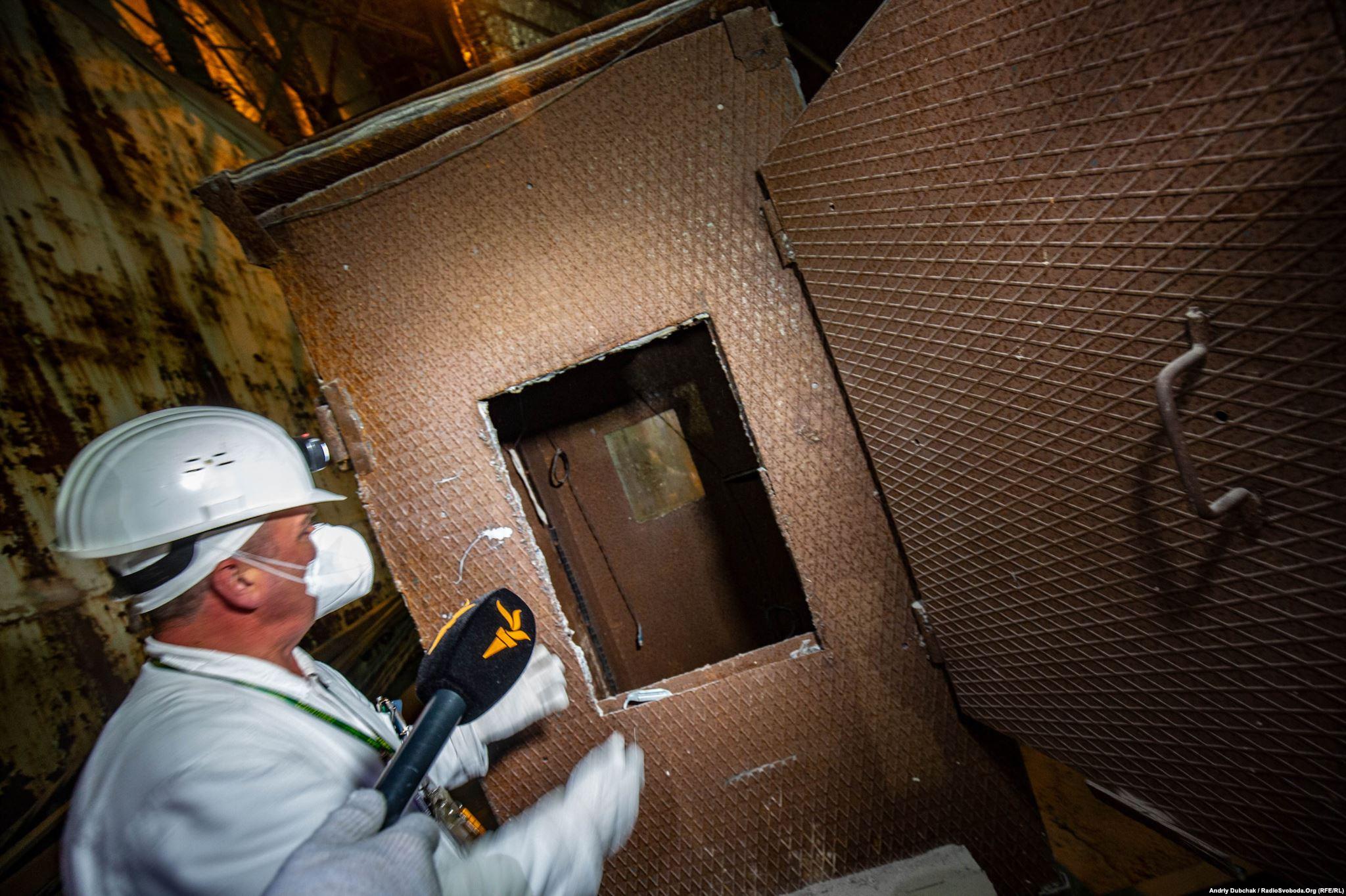 Захищена свинцем «будка дозиметриста»: кран спускав цю конструкцію з людиною всередині до зруйнованих вибухом приміщень (Photographer: Andriy Dubchak)