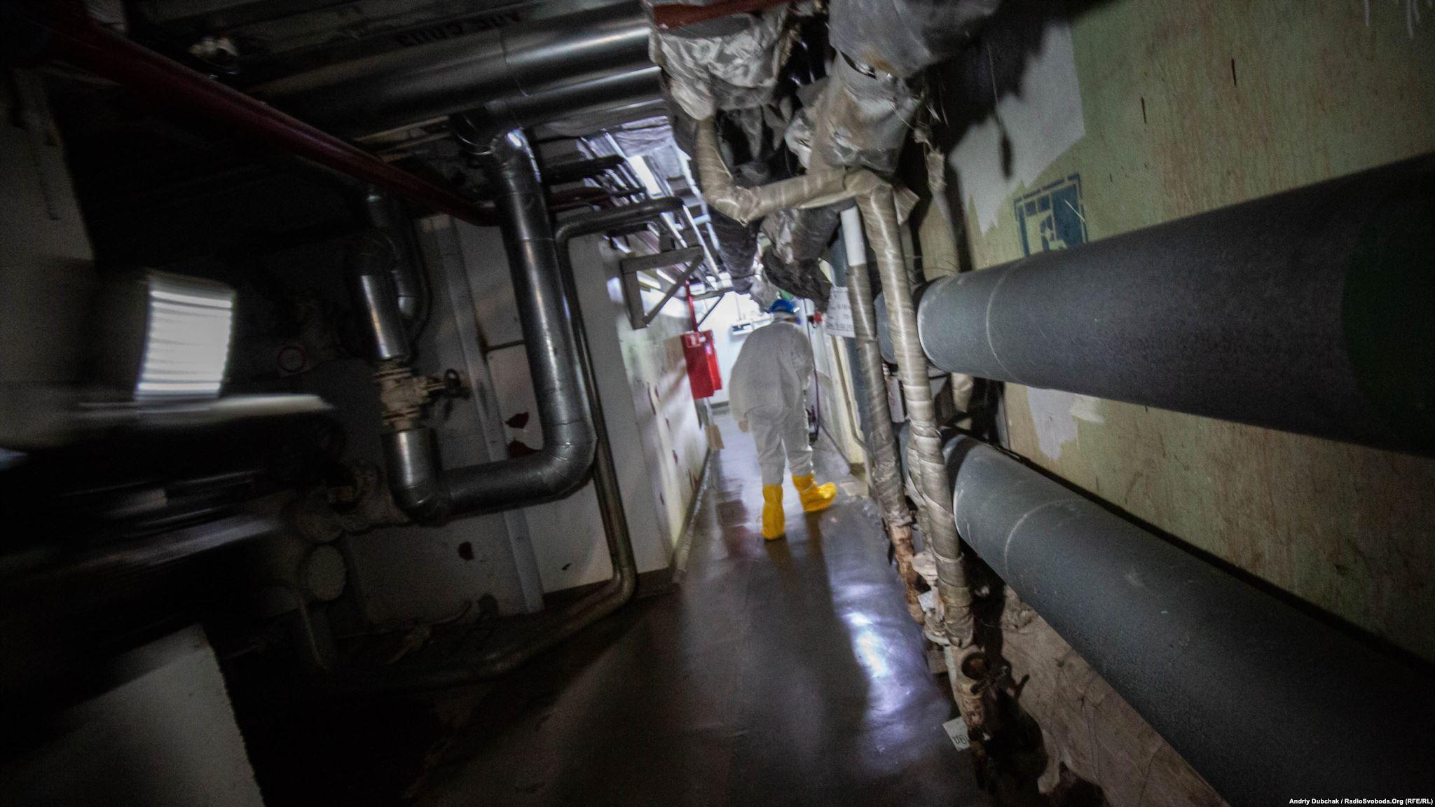 Ліворуч – радіаційно забруднений машзал. Праворуч – зруйнований реактор. Вузький коридор – така собі «дорога життя» (Photographer: Andriy Dubchak)