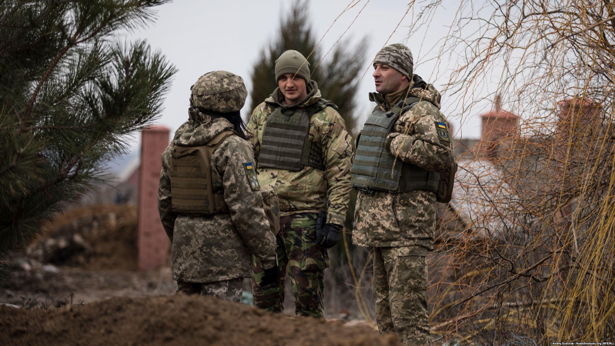 Полковник Дмитро Делятицький (праворуч) спілкується з особовим складом (фотограф Андрей Дубчак / Andriy Dubchak)