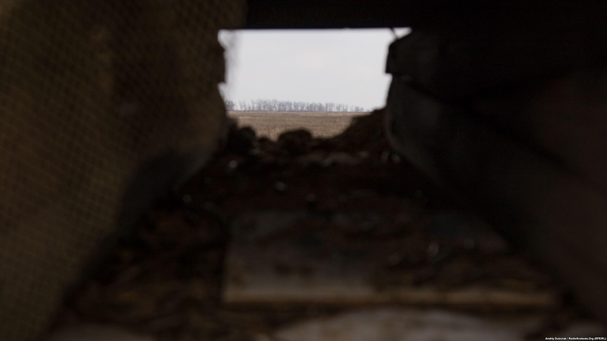 Вигляд з амбразури ДОТу на позиції російських гібридних сил під Широкино (фотограф Андрей Дубчак / Andriy Dubchak)
