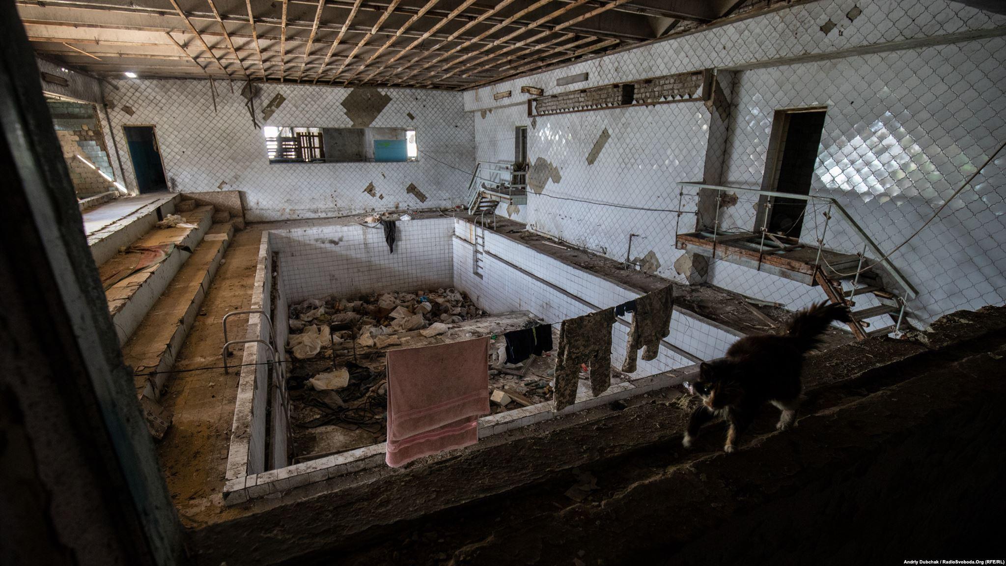 В одному з будинків – басейн. Військові використовують його для сушки одягу (фотограф Андрей Дубчак / Andriy Dubchak)