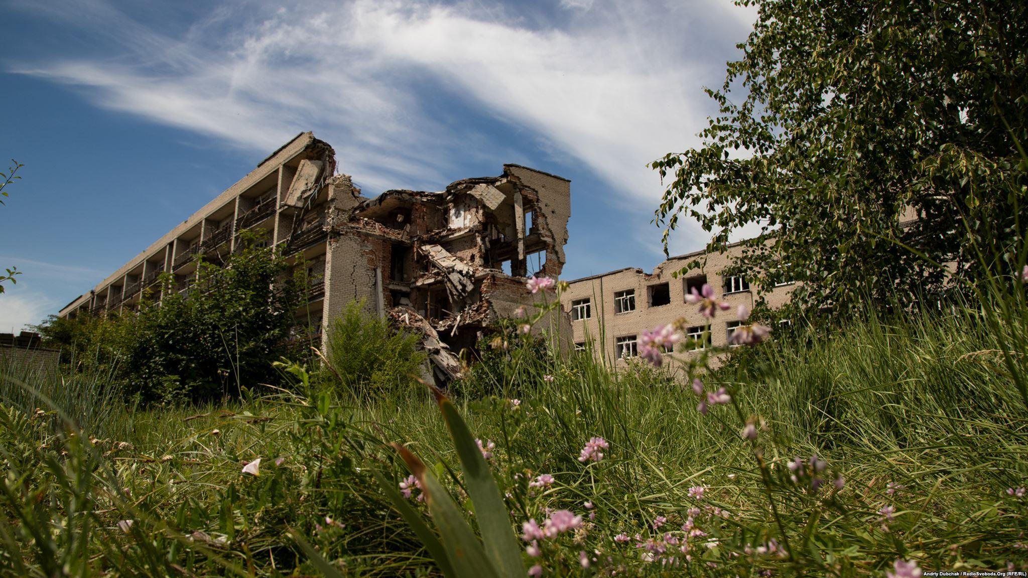 Цьому будинку дісталося особливо сильно, він височіє над місцевістю, і саме ця стіна направлена у бік позицій бойовиків (фотограф Андрей Дубчак / Andriy Dubchak)