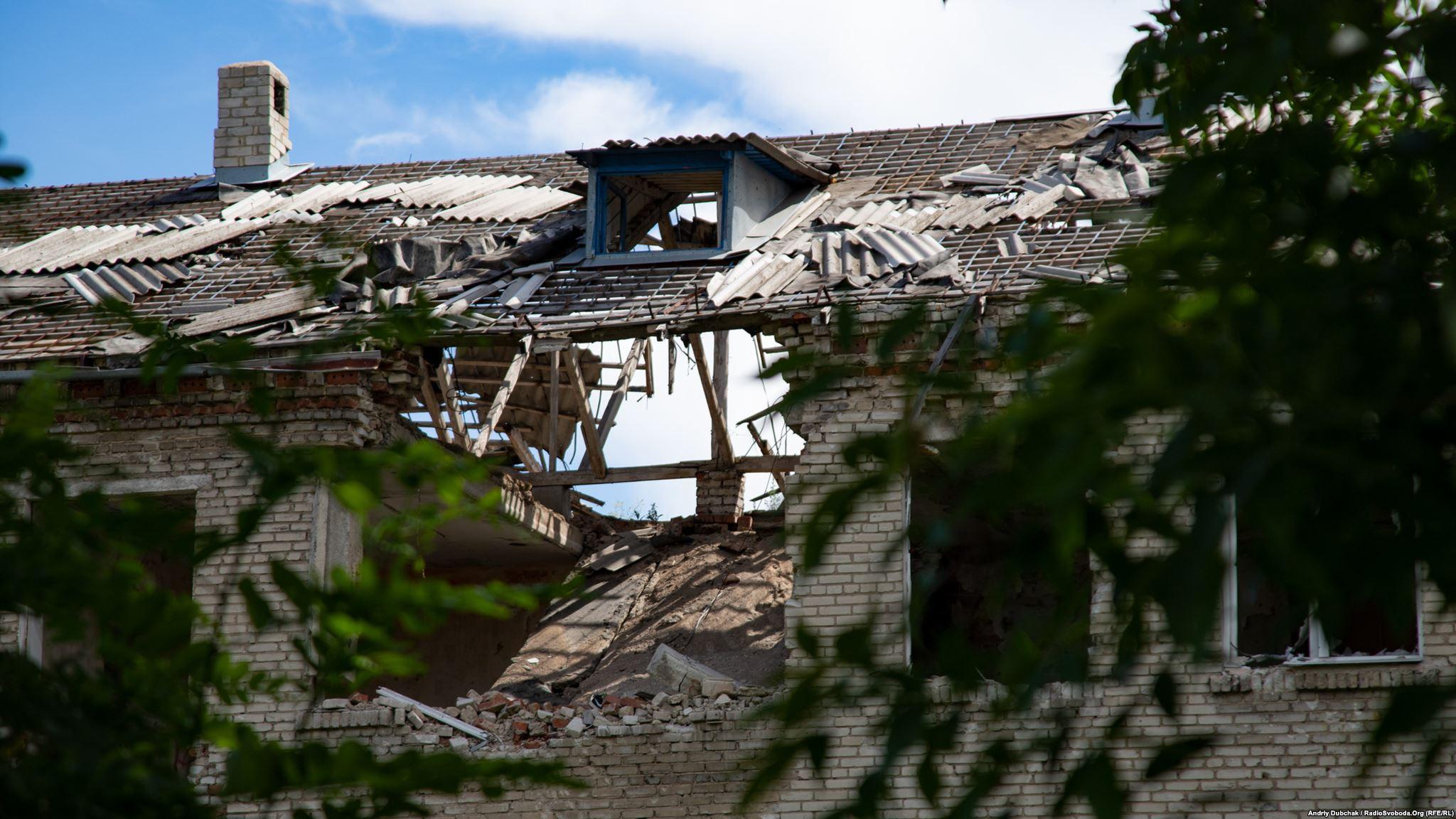 Розтрощений артилерією дах одного з будинків біля позицій української армії (фотограф Андрей Дубчак / Andriy Dubchak)