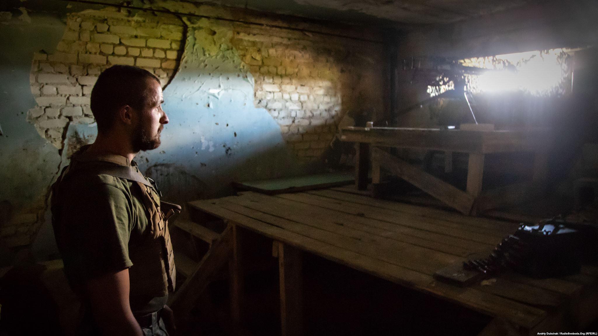 Останні пару тижнів на цій ділянці фронту досить «тихо» (без артобстрілів). На фото – вояк з позивним «Паштет» чергує на одній з вогневих позицій, обладнаній кулеметом ДШК (12,7-міліметровий станковий кулемет Дегтярьова-Шпагіна зразка 1938 року) (Ukraine war photographer Andriy Dubchak)