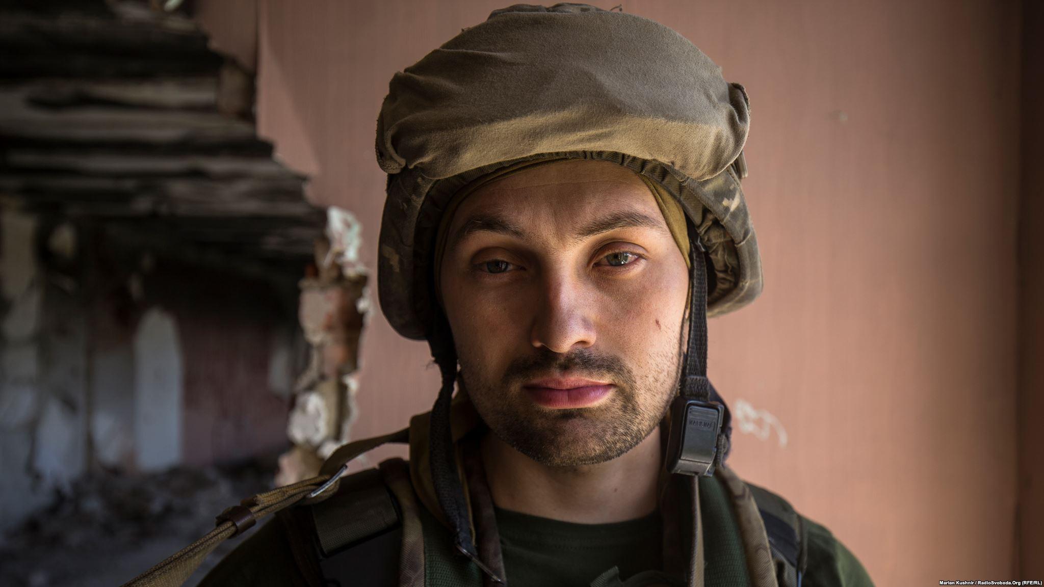 Позивний «Ряба», 33 роки, родом з Черкас. Український військовий розповідає нам, що у ці дні по їхніх позиціях почав активно «працювати» снайпер противника: «Працювали снайперами, працювали групами. Дуже прицільно, влучно стріляють. Це, мабуть, вже група з якихось російських найманців приїхала»