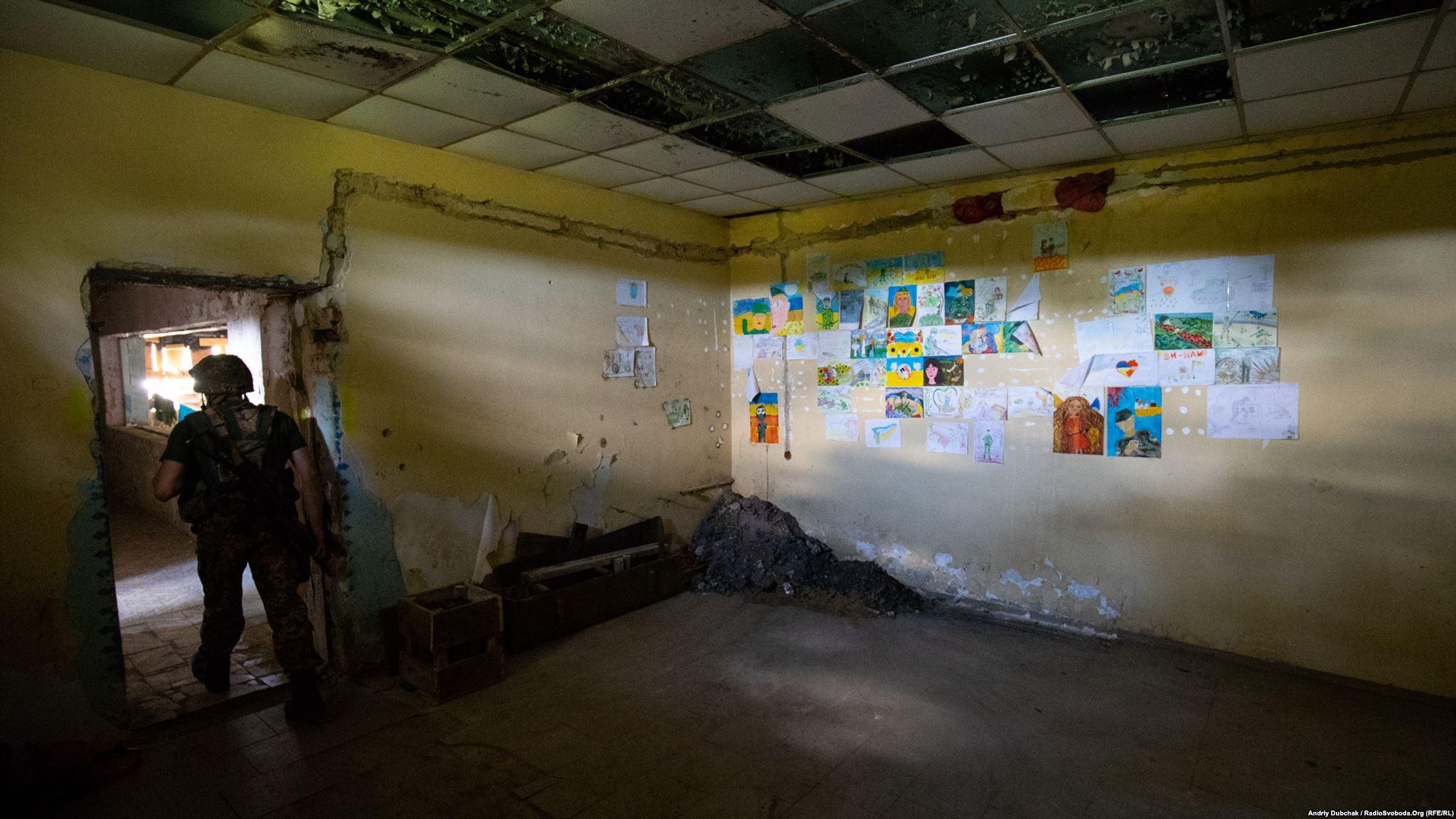 У одній з порожніх кімнат вся стіна завішана дитячими малюнками. У 2014-му, 2015-му їх багато привозили волонтери (ukraine conflict photographer Andriy Dubchak)