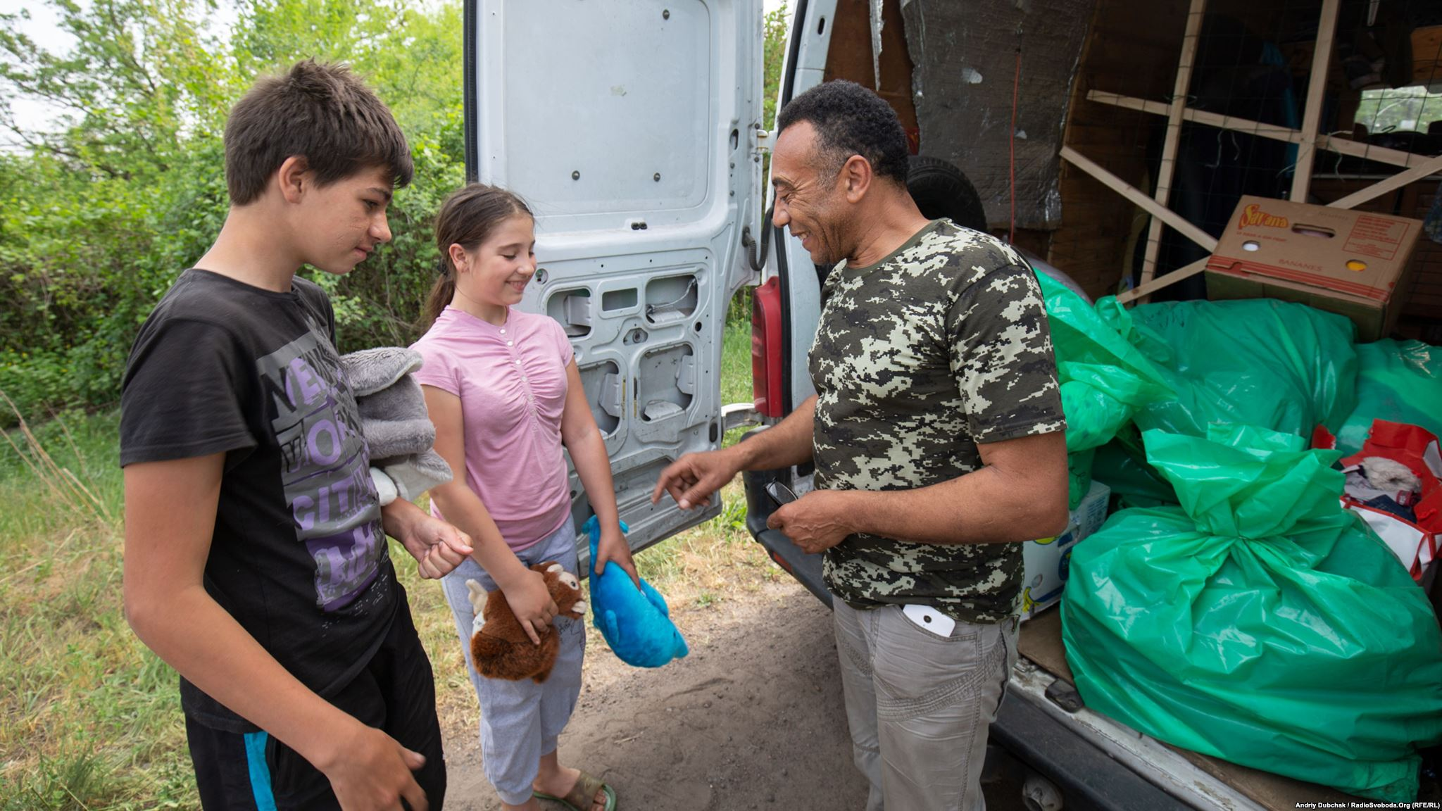 Тоні жартує з дітьми під час розвантаження машини (фотограф Андрей Дубчак)