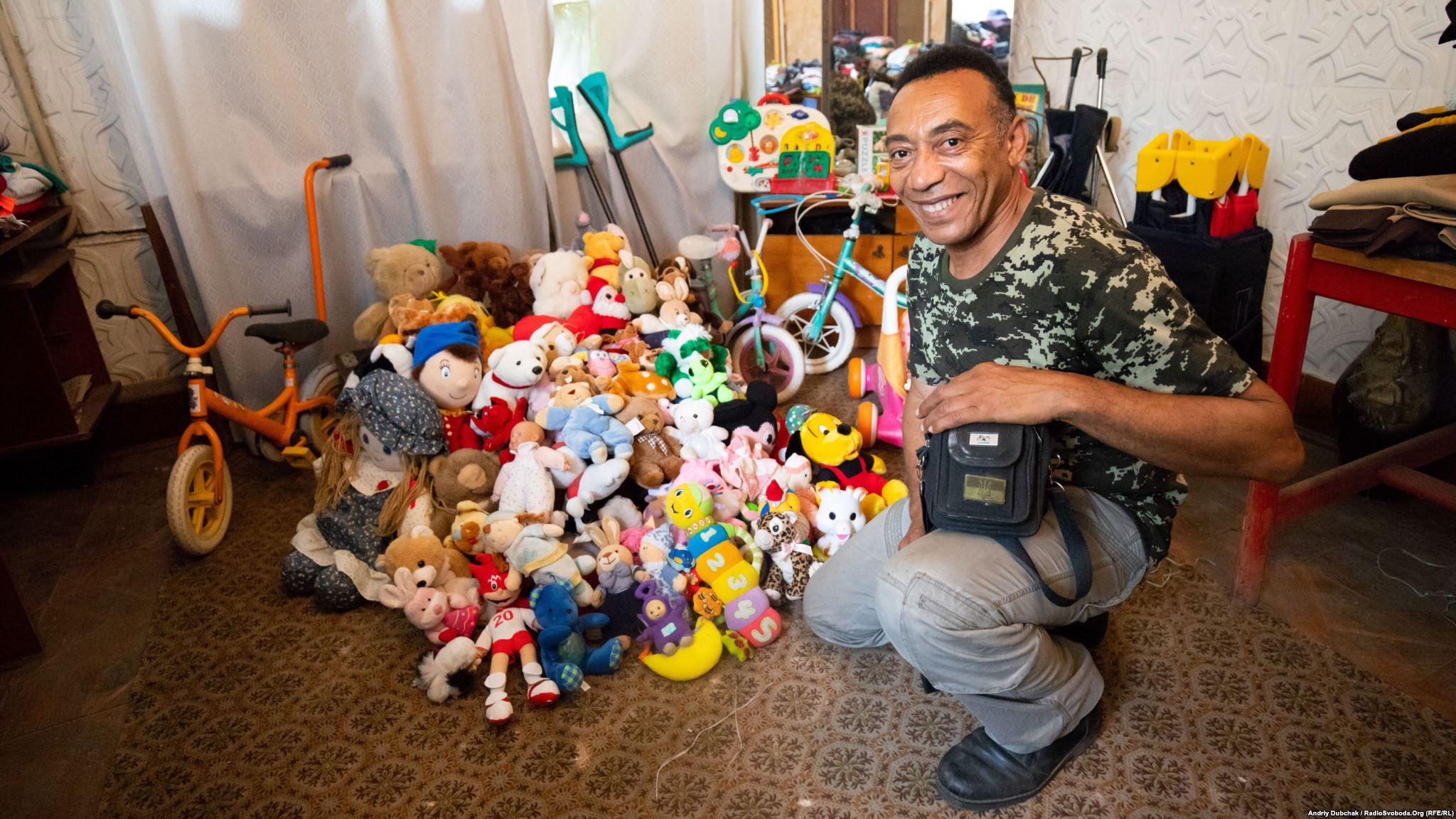 Тоні біля купи іграшок, які він привіз для дітей Красногорівки
