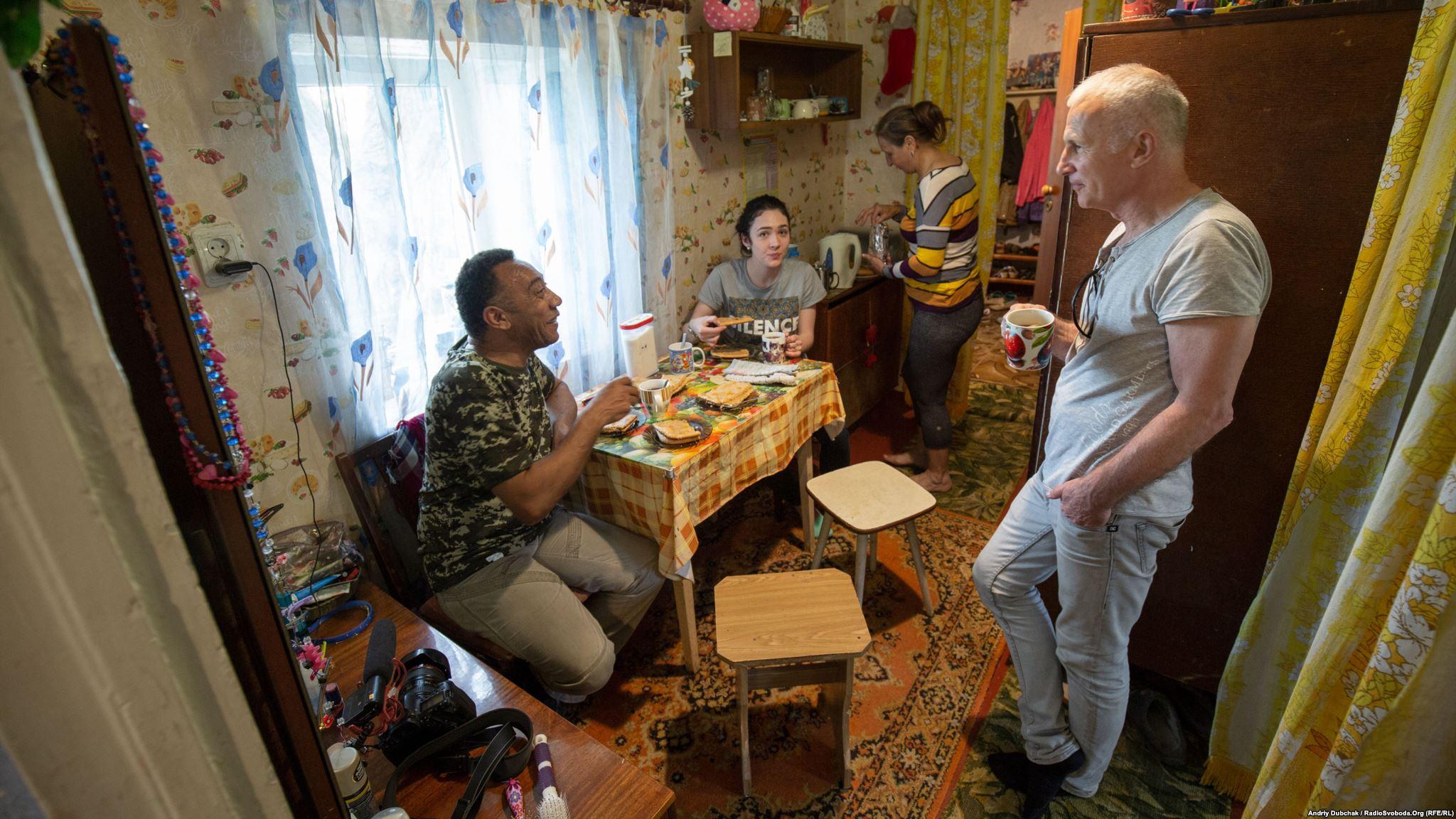 П'ємо чай із смачними пирогами пані Ольги. Тоні, Сабіна Пухка, пані Ольга, Андре-Мирослав