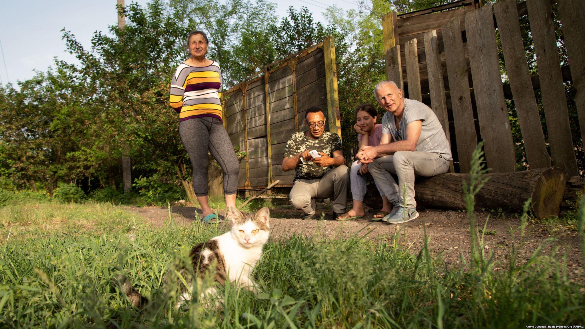 Ольга, Тоні, Настя та Андре-Мирослав біля воріт будинку, де живе Настя у Воядному (фотограф Андрей Дубчак)
