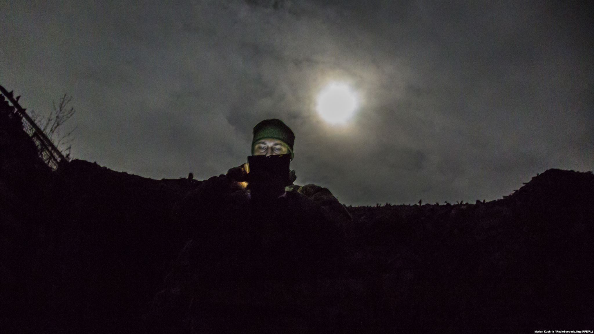 Коли з-за хмарин виринає туманний місяць