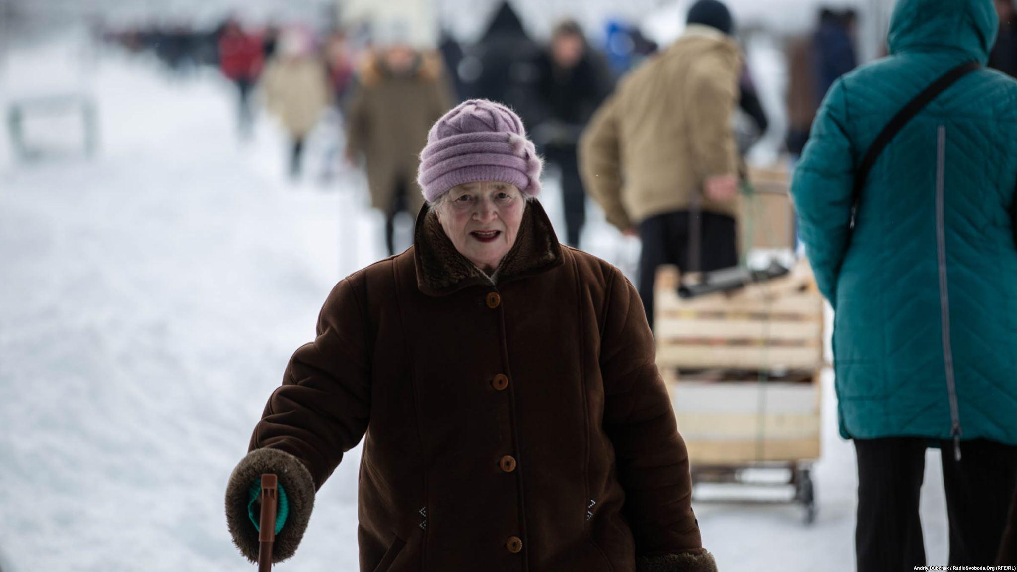 People crossing Stanytsia Luhanska checkpoint photo by Andriy Dubchak