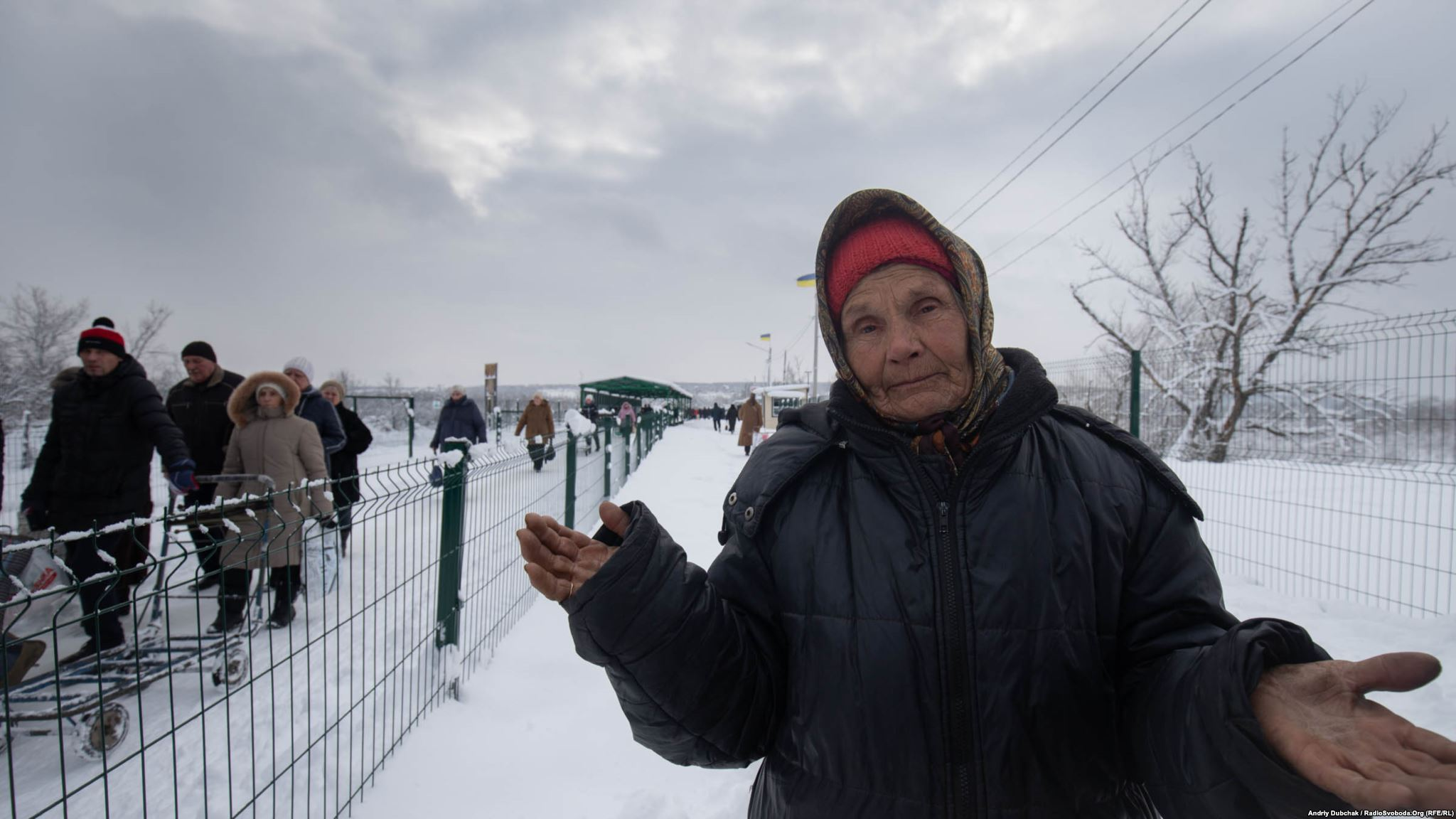 Ніна Миколаївна, 79 років. Мешканка Станиці Луганської. Заробляє, працюючи «тачечнецею» – возить за гроші тачку з продуктами «на той бік». За перетягування однієї порції вантажу зазвичай отримують від 200 до 400 грн. За правилами роботи КПВВ, пройти з товаром (до 75 кг), можна лише раз на день