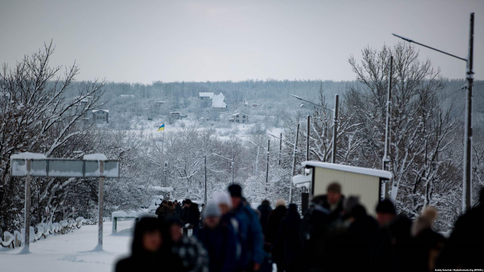 На горі з боку проросійських бойовиків стоять залишені будинки, звідти після закриття КПВВ по українських військових «працює» ворожий снайпер. Не так давно був «трьохсотий»